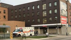 Une ambulance et un hôpital