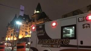 Une ambulance le soir devant le Château Laurier
