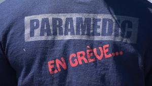 Un t-shirt sur lequel il est écrit : paramédic en grève.