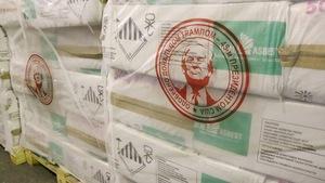 Des paquets d'amiante surplombés du logo du président américain et d'une inscription en cyrillique.