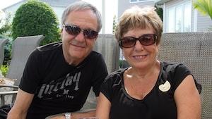 André et Carmen Dufault dehors et souriants