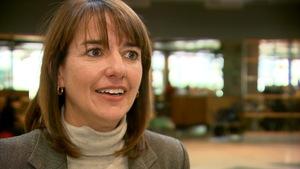 Anne-Marie Savard accorde une entrevue au journaliste de Radio-Canada Yannick Bergeron dans le hall d'entrée du pavillon Alphonse-Desjardins, à l'Université Laval.