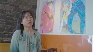 L'artiste québécoise Annie Tong Zhou Lafrance dans le café où elle expose.