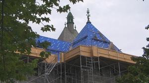 Les travaux pour remplacer le toit en ardoise de l'Archevêché de Sherbrooke ont commencé.