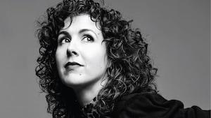 Un portrait noir et blanc d'une femme qui regarde vers la gauche.
