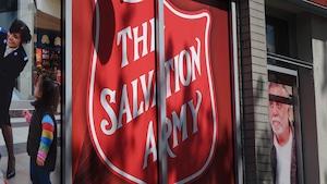 Façade d'édifice où on peut voir le logo de l'Armée du Salut.