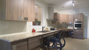 Un fauteuil roulant dans une cuisine.
