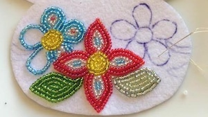 L'art de broder des perles sur des objets est une tradition symbolique importante dans la communauté autochtone de Uashat, sur la Côte-Nord.