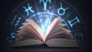 Un livre ouvert avec des signes astrologiques.