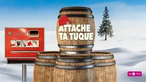 Une image montre des tonneaux dans un paysage hivernal avec les mots « Attache ta tuque».