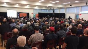 La salle qui accueille les audiences du BAPE est comble.