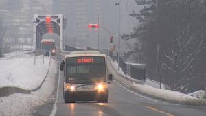 Des autobus de la STO en hiver