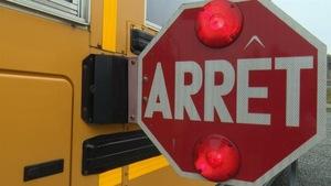 Signal d'arrêt sur un autobus scolaire