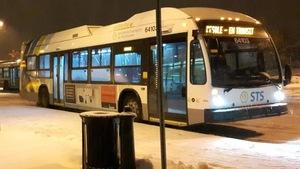 Des autobus de Sherbrooke stationnés dans l'une des gares de la municipalité en hiver.