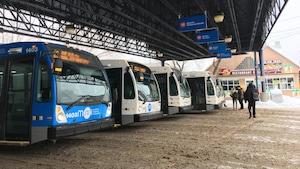 Des autobus de la STS au terminus