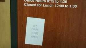 L'affiche est collée sur la porte du bureau de l'autochtonisation
