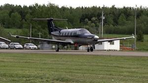 Avion en direction de la piste pour un décollage.