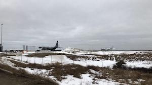 Un avion de l'armée sur la piste d'atterrissage aux Îles-de-la-Madeleine.