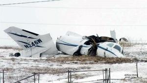Carcasse de l'avion dans un champs enneigé