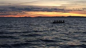 Une équipe féminine nouvellement formée s'entraîne à bord d'une baleinière, au large de Carleton-sur-Mer