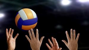 Un ballon de volley-ball au-dessus d'un filet avec des mains qui essaient de l'atteindre.