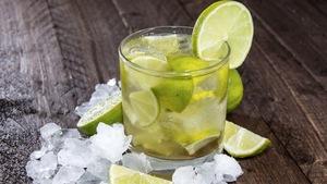 Photo du cocktail typique brésilien, la caïpirinha.