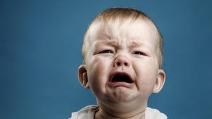 Un bébé de 9 mois pleure.