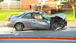 La voiture dont l'avant a été lourdement endommagé lors d'une collision à la suite d'une poursuite policière