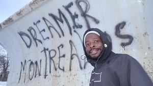 Belmond Charmant Djeufack profite de l'hiver au Parc Lafontaine à Montréal trois jours après être entré au Canada par le chemin Roxham.