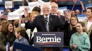 Bernie Sanders sourit devant ses militants.