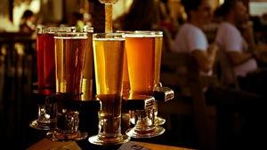 Des verres de bière sur un comptoir à la microbrasserie La Barberie, à Québec