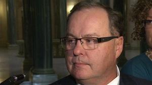Bill Boyd dans une mêlée de presse au palais législatif de Regina