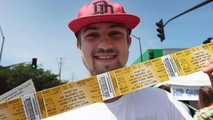 Un homme montre ses billets du dernier concert de Tragically Hip à Kingston