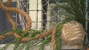 Une poulie, une corde et des plantes évoquent la ville de St-Malo en France sur cette terrasse d'un restaurant de Québec.