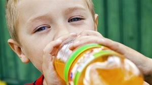 Enfant qui boit une boisson gazeuse.