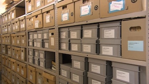Des étagères remplies de boîtes