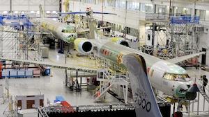 Des avions en construction dans un hangar