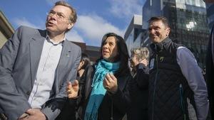 La mairesse Plante, le ministre Bonnardel et le président du conseil d'administration de la Société de transport de Montréal, Philippe Schnobb, à l'extérieur près d'une station de métro de Montréal.