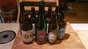 Des bouteilles de bière vides.