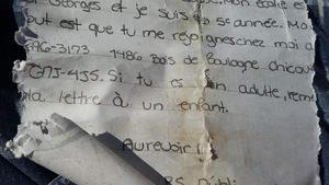 La lettre déroulée de Marianne Villeneuve, imbibée d'eau.