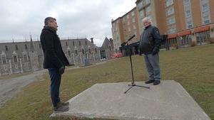 Bruno Savard discute avec Alain Girard, propriétaire des hôtels Château Laurier Québec et Château Bellevue.