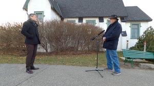 Bruno Savard et René Boudreault en entrevue à l'extérieur.