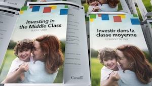 En français et en anglais, des copies du budget fédéral.