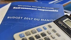 Documents du budget sur une table avec une calculatrice