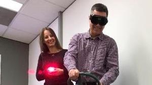 Le directeur de la Fondation CAA-Québec, Marco Harrison, et sa collègue Marie-Anne Pasieka, lors d'un exercice de simulation sur les effets du cannabis au volant.