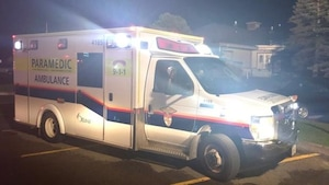 Un camion du Service paramédic d'Ottawa.