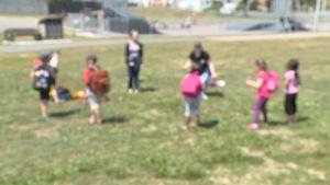 Des jeunes s'amusent dans un parc.