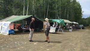 Des militants environnementalistes occupent une partie de la route 198.