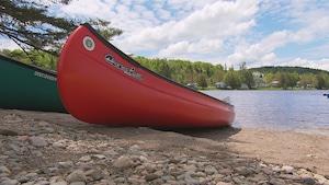 Deux canots sur la berge d'une rivière