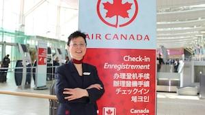 Weiwen Zhang, agente de bord pour Air Canada, pose à l'aéroport de Vancouver